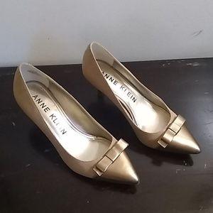 Anne Klein 8M Akflouncy cream & gold shoe A054F